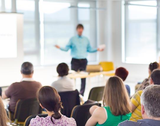 Formació i conferències a institucions educatives